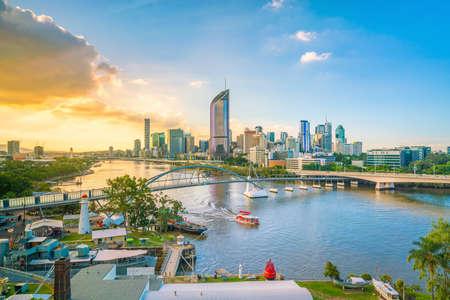 Horizonte de la ciudad de Brisbane y río Brisbane en el crepúsculo en Australia Foto de archivo