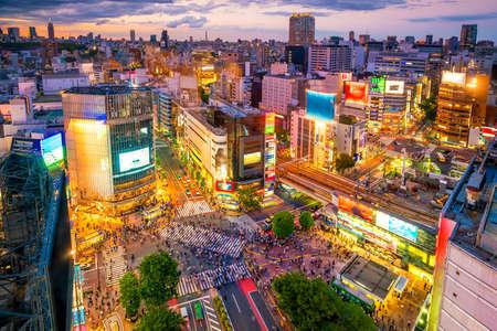 Shibuya-kruising van hoogste mening bij schemering in Tokyo, Japan Stockfoto