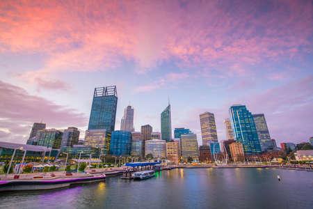 De skyline van de binnenstad van Perth in Australië bij twilight Stockfoto - 82544031