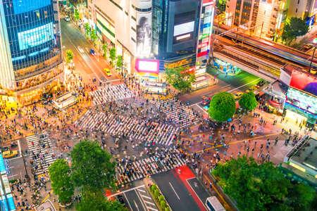 Shibuya Crossing vanuit bovenaanzicht bij twilight in Tokio, Japan Stockfoto