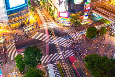 Shibuya Crossing van bovenaanzicht bij schemering in Tokio, Japan