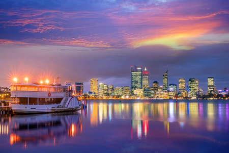 De skyline van de binnenstad van Perth in Australië bij twilight Stockfoto