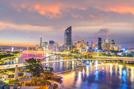 Brisbane city skyline et brisbane river au crépuscule en australie Banque d'images - 87417325