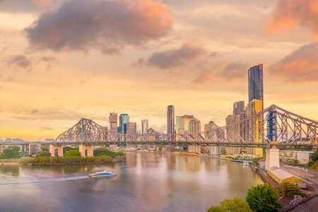 De stadshorizon van Brisbane en de rivier van Brisbane bij schemering in Australië Stockfoto
