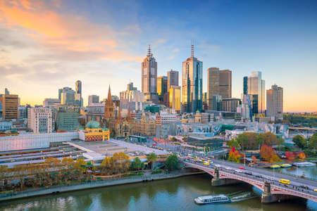 Horizonte de la ciudad de Melbourne en el crepúsculo en Australia Foto de archivo - 87417329