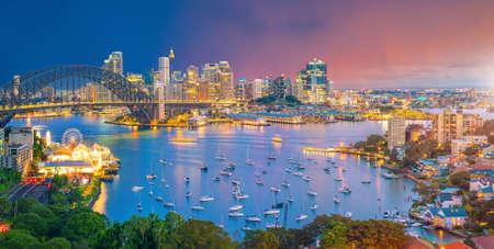 De skyline van de binnenstad van Sydney in Australië bij twilight Stockfoto