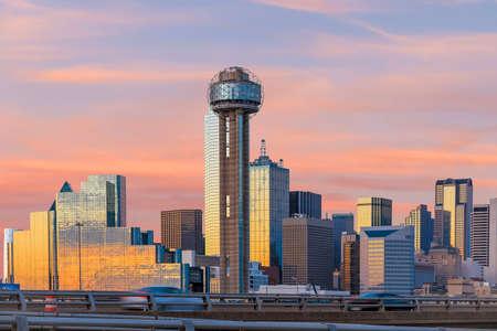 De Stadshorizon van Dallas bij schemering, Texas