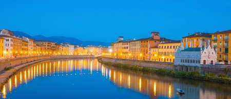 피사 도시의 스카이 라인과 이탈리아의 아르노 강