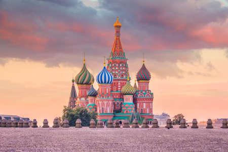 De kathedraal van het basilicum bij Rode vierkant in Moskou, Rusland bij zonsopgang