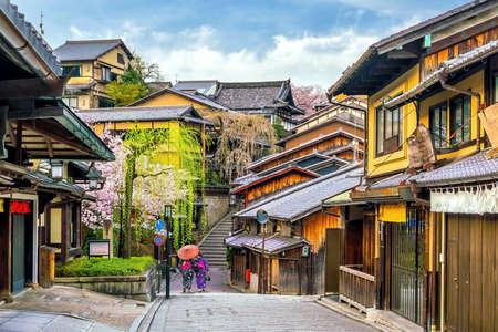 Old town Kyoto, the Higashiyama District during sakura season in Japan Archivio Fotografico