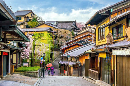 Old town Kyoto, the Higashiyama District during sakura season in Japan 免版税图像