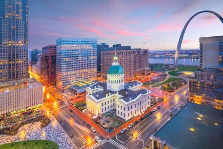 Panoramę śródmieścia St. Louis o zmierzchu z widoku z góry