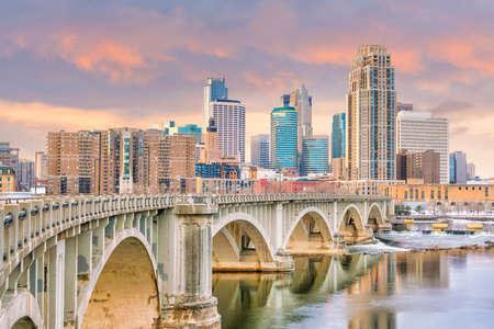 Minneapolis downtown skyline in Minnesota, USA at sunset Standard-Bild