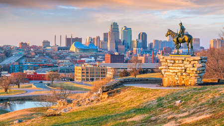 The Scout overlooking downtown Kansas City. The Scout is a famous statue(108 years old statue). It was conceived by Dallin in 1910 스톡 콘텐츠 - 100381654