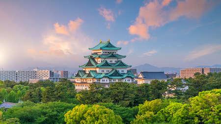 Nagoya kasteel en de skyline van de stad in Japan bij zonsondergang
