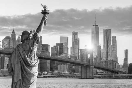 Statue Liberty and  New York city skyline in black and white,  in United States 免版税图像