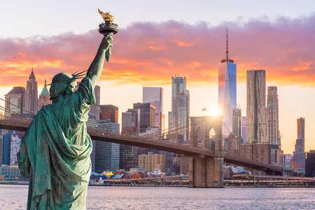 Estatua de la libertad y el horizonte de la ciudad de Nueva York al atardecer, en Estados Unidos