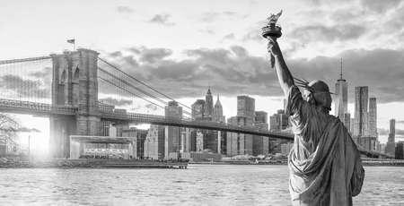 Estatua de la libertad y el horizonte de la ciudad de Nueva York en blanco y negro, en Estados Unidos Foto de archivo