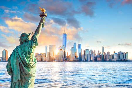 Statue de la liberté et sur les toits de la ville de New York au coucher du soleil, aux États-Unis