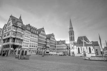 Frankfurter Altstädter Ring Römerberg in der Dämmerung in Deutschland. Standard-Bild