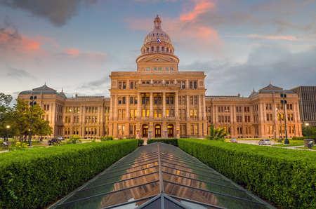 Edificio del Capitolio del Estado de Texas en Austin, TX. en el crepúsculo