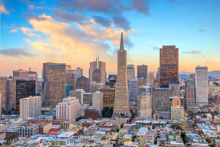 Beautiful view of business center in downtown San Francisco at sunset. Standard-Bild