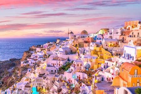 Great twilight view of Santorini island. Sunset on the famous Oia city, Greece, Europe 免版税图像 - 118802506