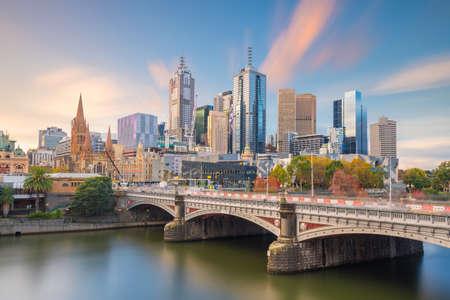 Panoramablick auf die Skyline der Stadt Melbourne in der Dämmerung in Australien Standard-Bild