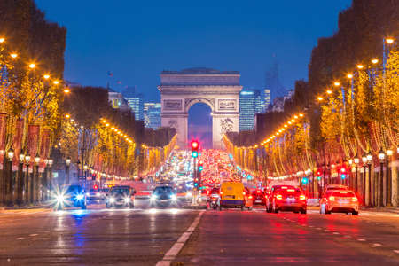 Arco di Trionfo a Parigi, Francia al crepuscolo