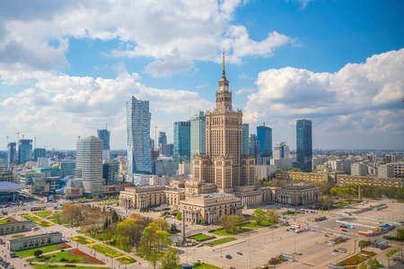 Luftbild der Skyline der Stadt Warschau in Polen bei Sonnenuntergang