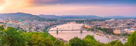 Horizonte de Budapest en Hungría. Vista nocturna en el edificio del Parlamento sobre el delta del río Danubio Foto de archivo