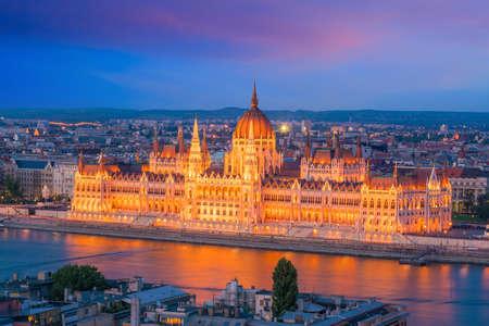 Il palazzo del parlamento sul delta del Danubio a Budapest, Ungheria al tramonto