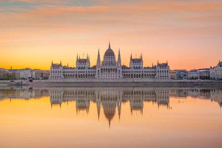Edificio del parlamento sobre el delta del río Danubio en Budapest, Hungría al atardecer