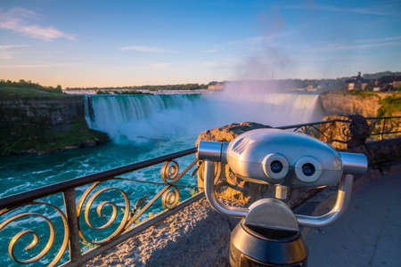 Binocular at Niagara Falls waterfall view from Ontario, Canada Stockfoto - 131588380