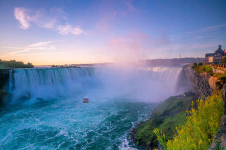 Niagara Falls waterfall view from Ontario, Canada Stockfoto - 131587180