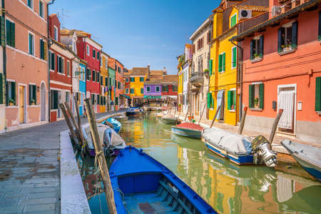 Bunte Häuser in der Innenstadt von Burano, Venedig, Italien mit klarem blauem Himmel Standard-Bild