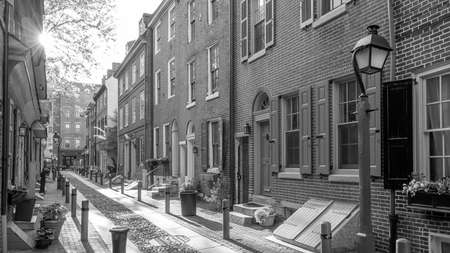 The historic old city in Philadelphia, Pennsylvania. Elfreth's Alley, referred to as the nation's oldest residential street, dating to 1702 스톡 콘텐츠