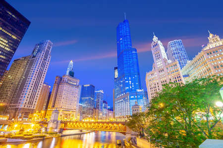 Downtown chicago skyline cityscape in Illinois, USA Фото со стока