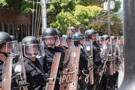 Charlottesville, Virginia USA August 12, 2017 City Police wearing riot gear stand in formation 新闻类图片