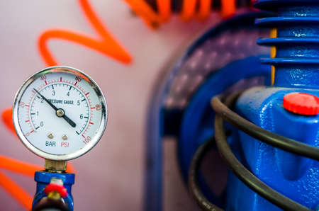 traction engine: Pressure gauge with orange wire and blue pump
