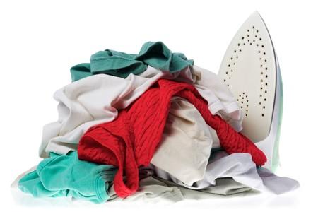 wanorde: Strijk ijzer en kleding voor Strijk geïsoleerd op een witte achtergrond.  Stockfoto