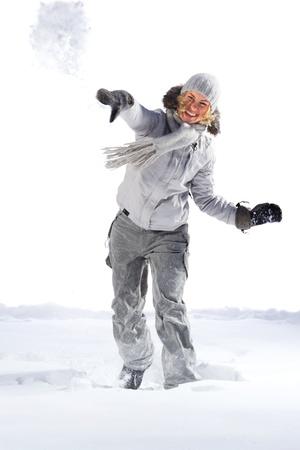 palle di neve: Giovane donna lotta a palle di neve. Isolato su sfondo bianco. Archivio Fotografico