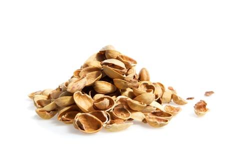 basura organica: Un resumen montón de pistachos aislados sobre fondo blanco de la bomba atómica