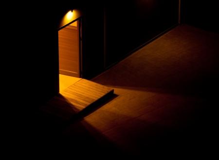 adentro y afuera: Una puerta abierta La luz en el t�nel, mostrando el camino de la oscuridad Foto de archivo