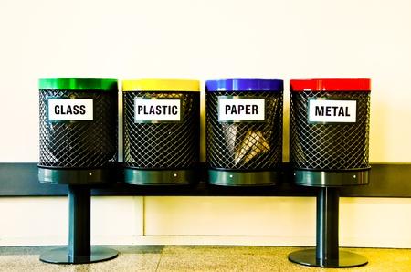 reciclaje papel: Cuatro contenedores de reciclaje, los materiales principales para ser reciclados Foto de archivo