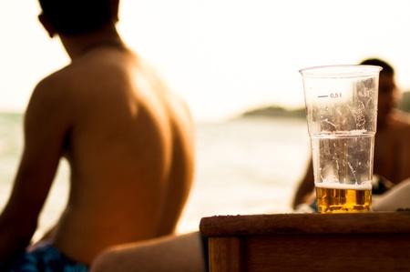 sobrio: Darle la espalda contra el alcohol Foto de archivo