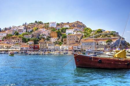 eingeschifft: Ein Blick auf die sch�ne griechische Insel Hydra ist Es ein Fischerboot auf dem Vordergrund und einige lokale Architektur auf dem Hintergrund Der Blick ist vom Meer als das Kreuzfahrtschiff in Hydra begonnen