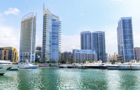 high end: Una vista de la hermosa Marina en Zaitunay Bay en Beirut, L�bano A muy moderno, de gama alta y la zona nueva, donde se embarc� yates y Foto de archivo