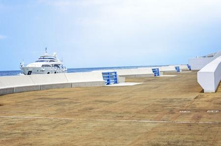 eingeschifft: Eine Yacht Eingabe der sch�nen Marina in Zaitunay Bay in Beirut, Libanon Eine sehr moderne, High-End-und neu entwickelten Bereich, wo Yachten begonnen werden und es