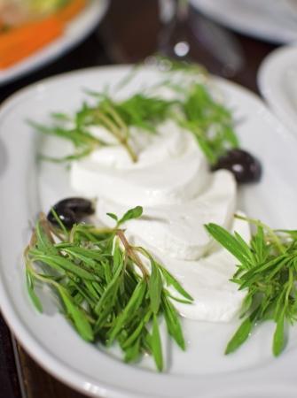 mediterrane k�che: Libanesische K�che Vorspeise, gekr�nt labneh Scheiben mit Thymian und Oliven Ein Foto von einem sehr typisches Gericht aus dem Libanon und mediterrane K�che